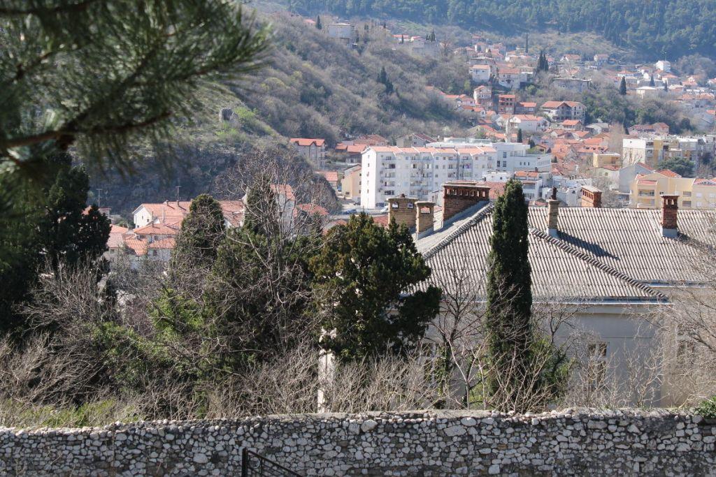 Восточная стена и остатки башни на холме. Фото: Елена Арсениевич, CC BY-SA 3.0