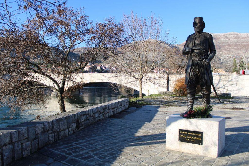 Памятник на берегу Требишницы. Фото: Елена Арсениевич, CC BY-SA 3.0