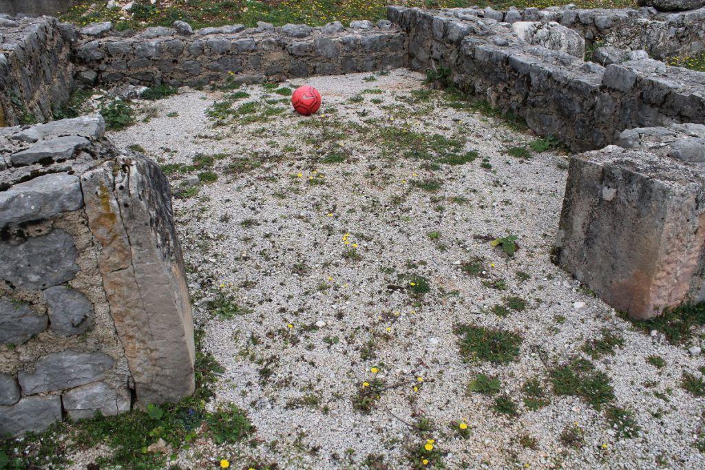 Остатки церкви 5-го века. Фото: Елена Арсениевич, CC BY-SA 3.0