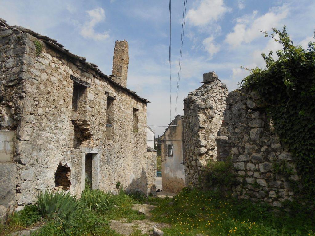Заброшенные каменные дома. Фото: Елена Арсениевич, CC BY-SA 3.0