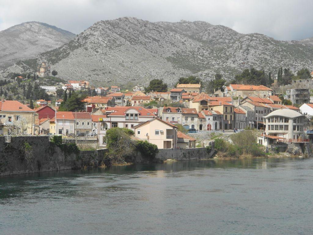 Вид на Крш с левого берега Требишницы. Фото: Елена Арсениевич, CC BY-SA 3.0