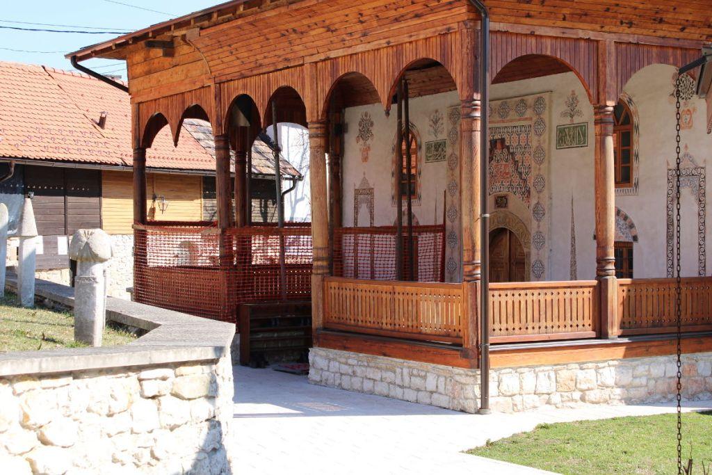 Крытое крыльцо мечети. Фото: Елена Арсениевич, CC BY-SA 3.0
