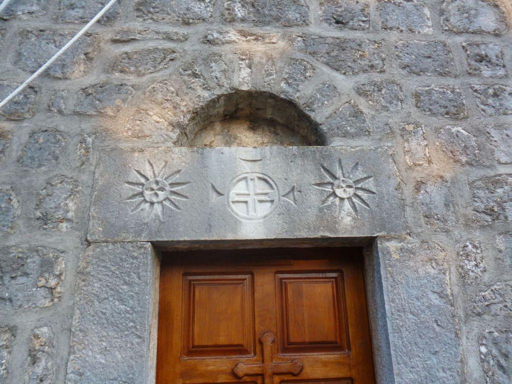 Каменный декор над входом. Фото: Елена Арсениевич, CC BY-SA 3.0