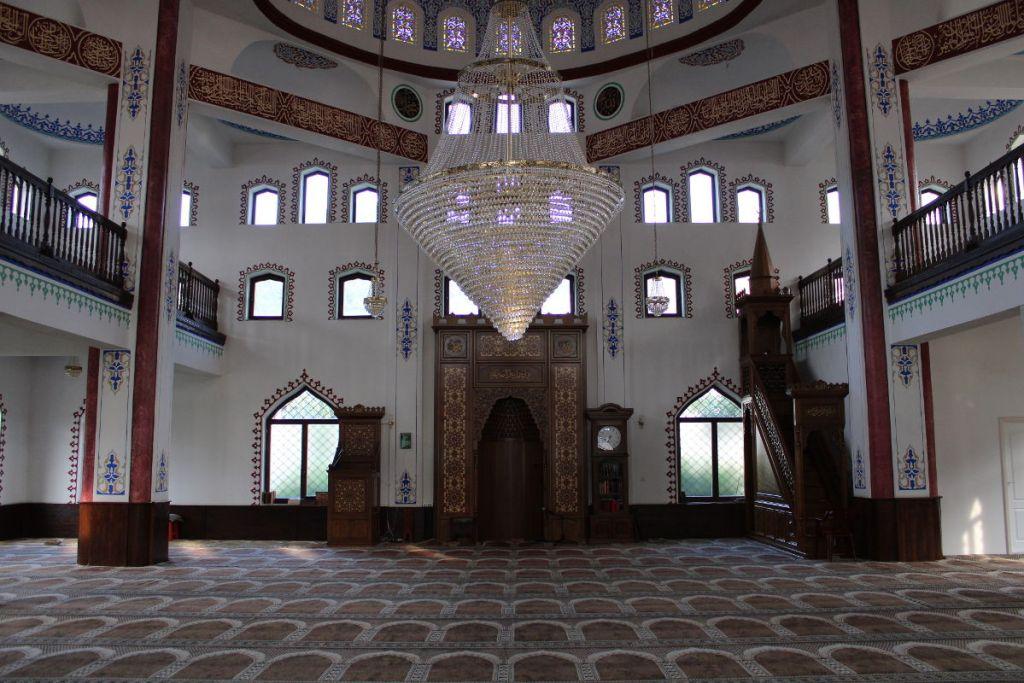Огромное пространство мечети. Фото: Елена Арсениевич, CC BY-SA 3.0
