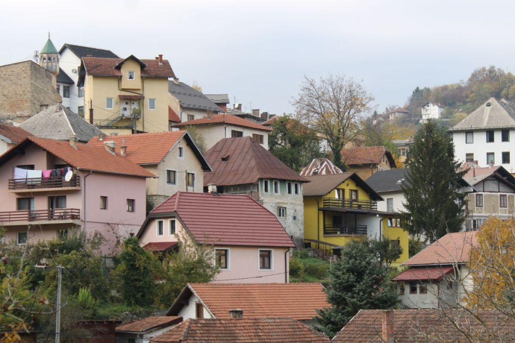 Речь зеленоватом доме под ржавой крышей. Фото: Елена Арсениевич, CC BY-SA 3.0
