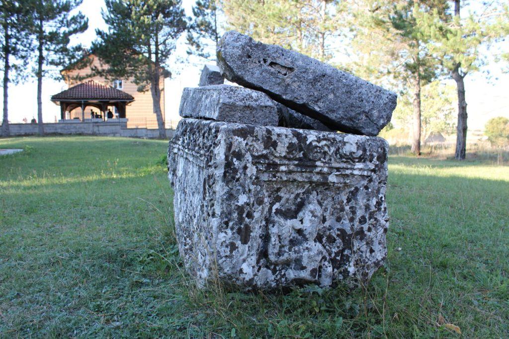 Артефакты из соседней раннехристианской базилики. Фото: Елена Арсениевич, CC BY-SA 3.0
