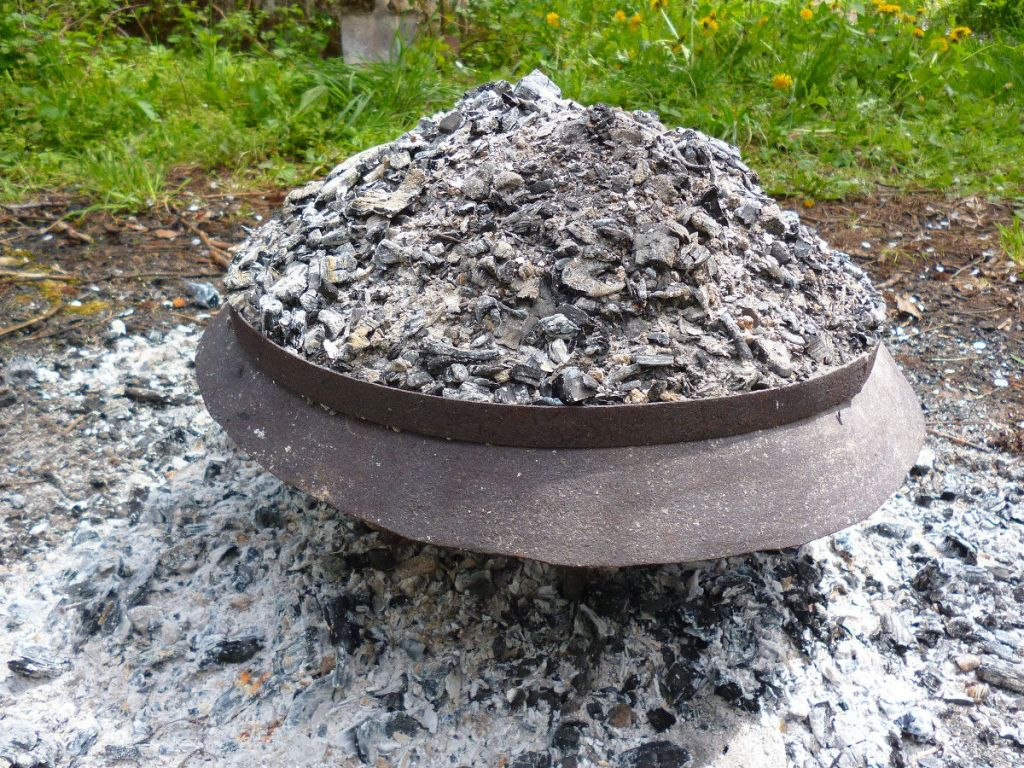 Ставим на крышку обруч и насыпаем горячие угли. Фото: Елена Арсениевич, CC BY-SA 3.0