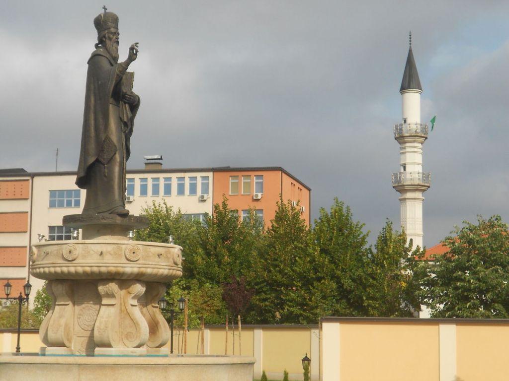Св. Василий Острожский и минарет мечети Атик. Фото: Елена Арсениевич, CC BY-SA 3.0