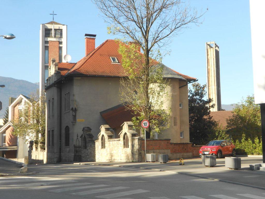 Католическая церковь и приходской дом. Фото: Елена Арсениевич, CC BY-SA 3.0
