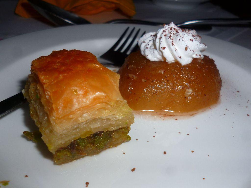 Десерт: баклава и туфахия. Фото: Елена Арсениевич, CC BY-SA 3.0
