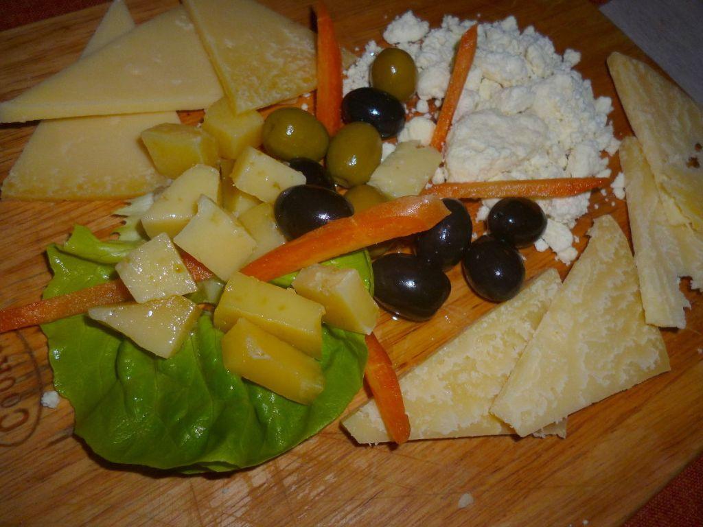 Разные виды ливаньского сыра, в том числе и сыр, выдержанный в оливковом масле. Фото: Елена Арсениевич, CC BY-SA 3.0