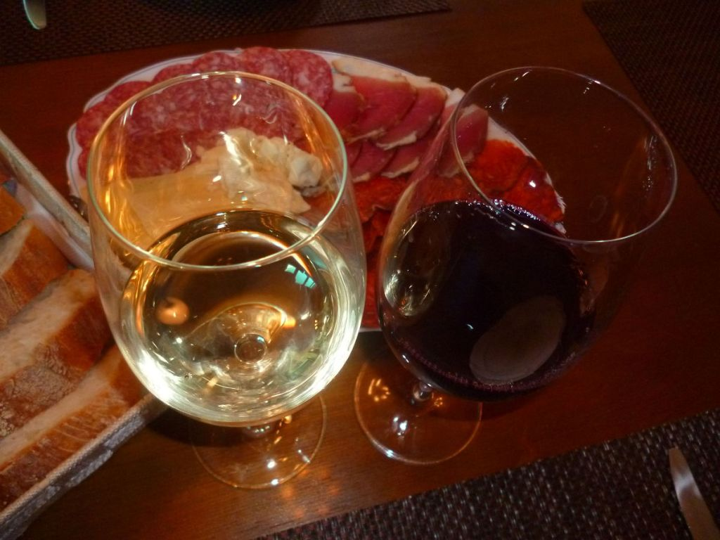 Меза нужна, чтобы «замезить» вино. Фото: Елена Арсениевич, CC BY-SA 3.0