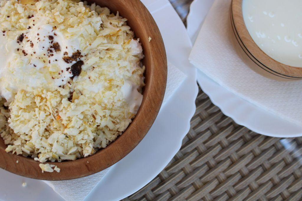 Пура, посыпанная сыром нескольких сортов. И йогурт. Фото: Елена Арсениевич, CC BY-SA 3.0
