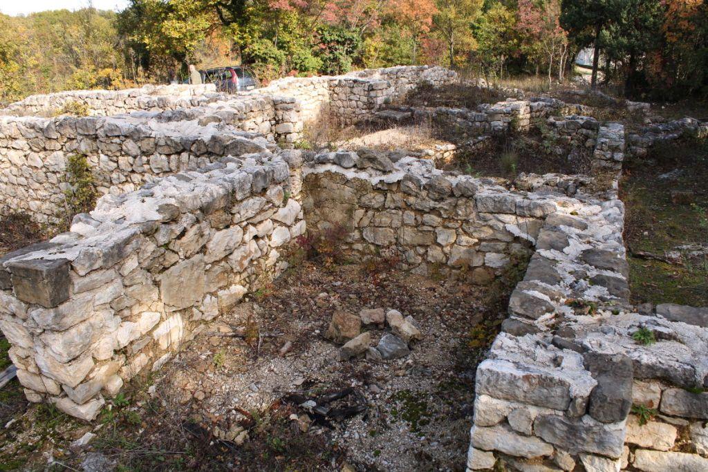 Сохранились стены изрядной высоты. Фото: Елена Арсениевич, CC BY-SA 3.0