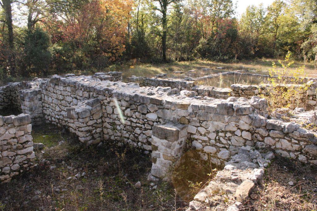 Западная стена церкви и хозяйственная часть комплекса. Фото: Елена Арсениевич, CC BY-SA 3.0