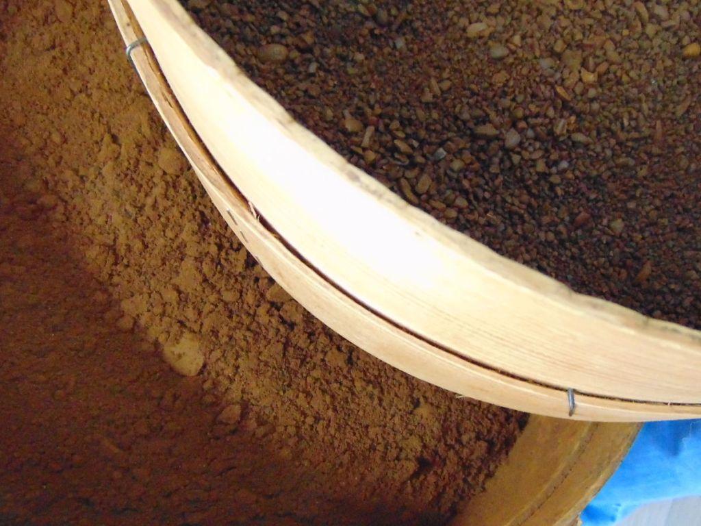 Просеянный кофе и тот, что нужно ещё толочь. Фото: Елена Арсениевич, CC BY-SA 3.0