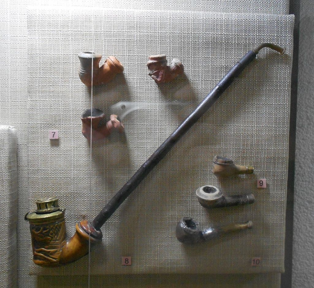 Чибук и лулы. Музей в Фойнице. Фото: Елена Арсениевич, CC BY-SA 3.0