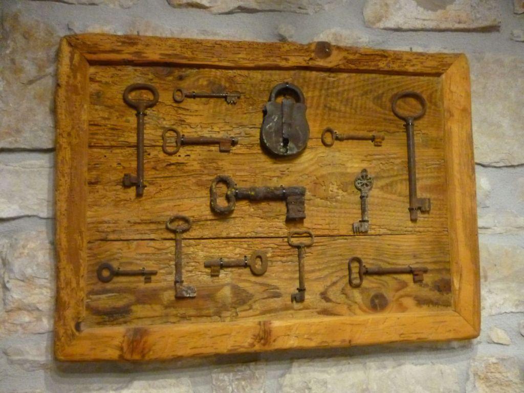 Коллекция ключей в винном погребе в Равно. Фото: Елена Арсениевич, CC BY-SA 3.0