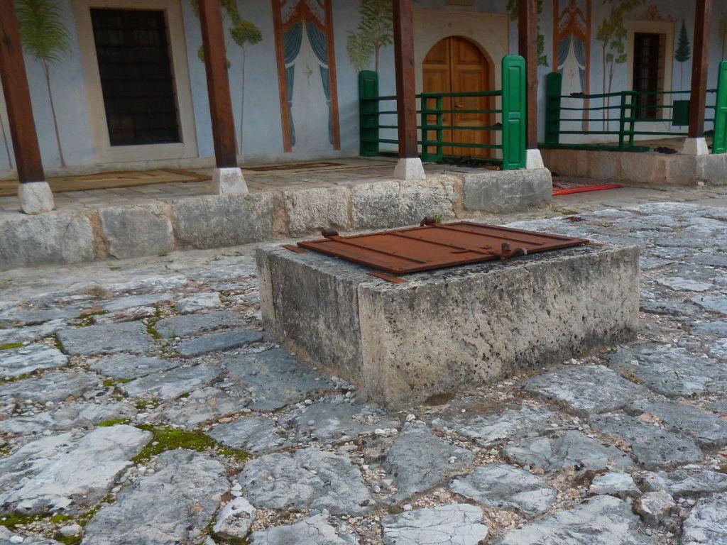 Железная крышка над чатрней. Фото: Елена Арсениевич, CC BY-SA 3.0