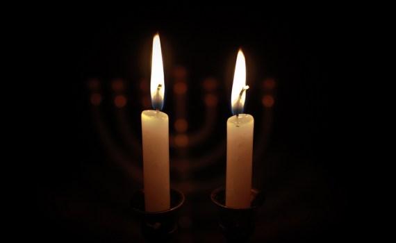 Sabbat: Teken van God heil. afbeelding met twee brandende sabbat kaarsen