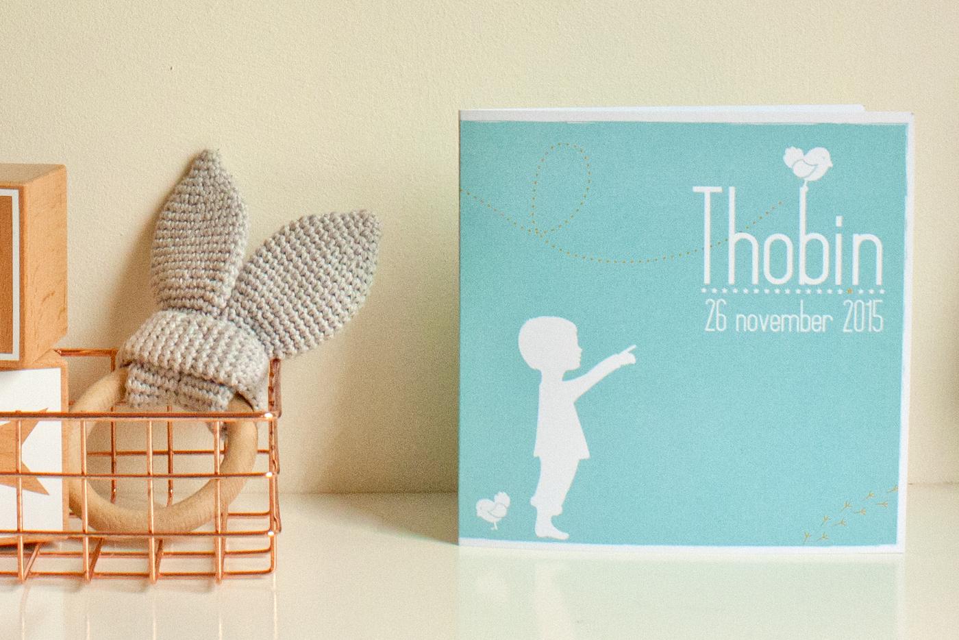 Een lief geboortekaartje met een jongetje en een vogeltje