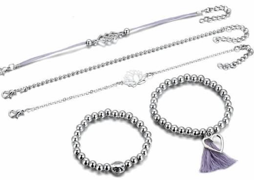 Différents bijoux bracelets perlés gris