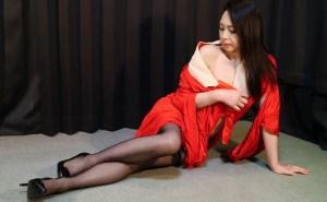 赤長襦袢に黒ガーター姿の妖艶熟女 烏丸まどかの着衣緊縛拘束プレイ