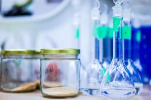 Nierfalen bij labwerker na langdurig contact met oplosmiddelen