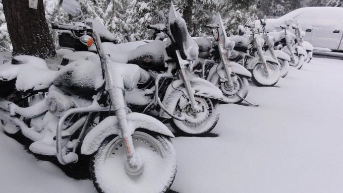 ハーレーダビッドソン オートバイ 雪 冬 バイク