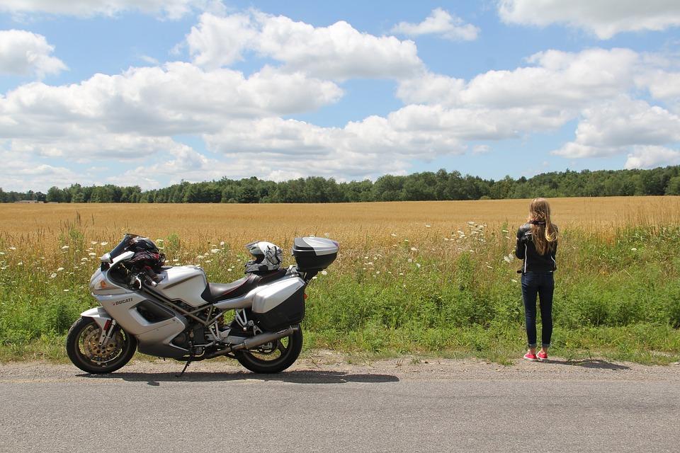 ファーム ドゥカティ 女の子 オートバイ スポーツツーリング 農村 旅 楽しむ ヘルメット