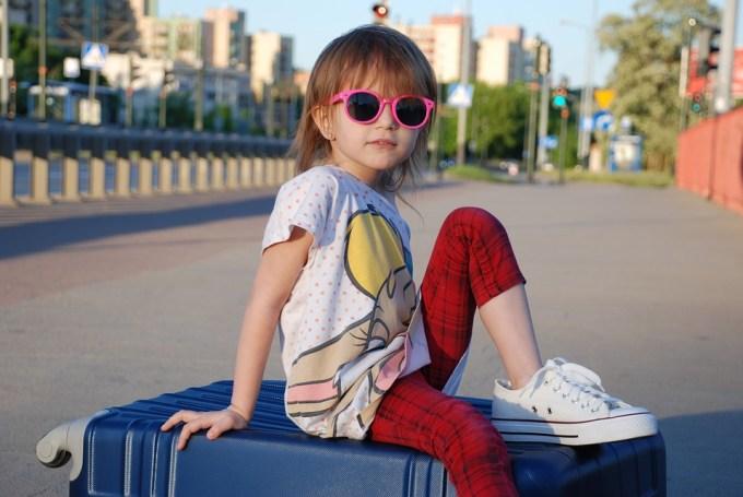 女の子 スーツケース 夏 子供 休暇 天気 ストリート 喜怒哀楽 肖像画 ツアー 眼鏡