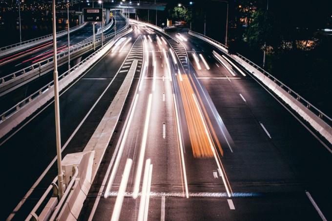 高速道路 夜 バイク 車