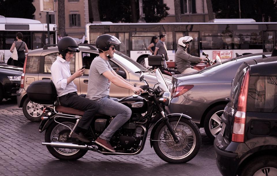 オートバイ 車 トラフィック 市 通り 道路 都市 ヘルメット