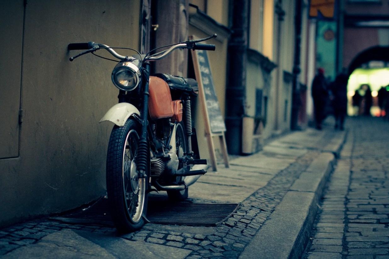 通り 歩道 ビンテージ 古い オートバイ エンジン れんが