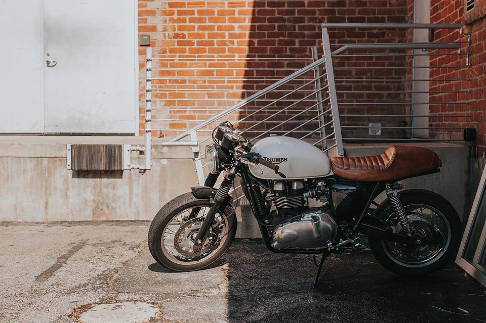 オートバイ モータ 車両 駐車場 外 建物 日当たりの良い