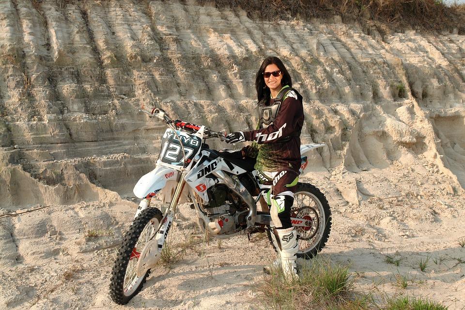 モデル ラテン語 オートバイ 素敵です 笑顔 喜び ラテン系アメリカ人