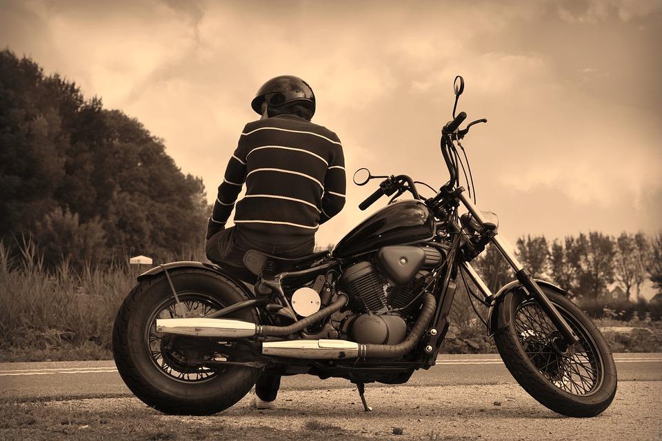 男 オートバイ バイクに乗る人 駐車 座っている 破る ヘルメット 道路 車両
