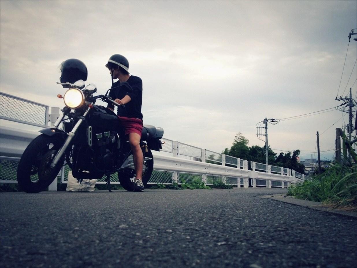 厚木 バイク インパルス400 男性 ヘルメット 道路