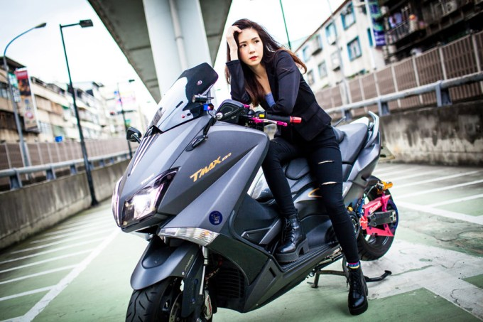 オートバイに乗ってポーズを決める台湾人女性