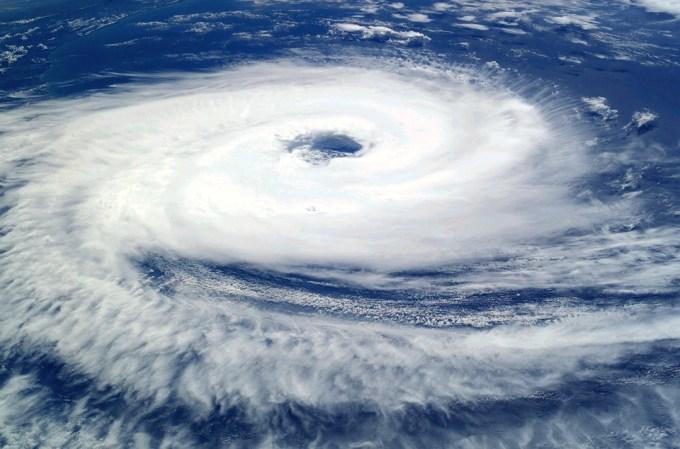 台風 強風 バイク 空 嵐