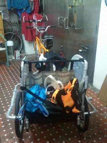 想在小澄上小一前有個特別的回憶,全家用臘腸狗號+南瓜車來個單車旅行,出發前的準備