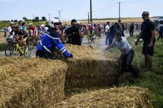 Polícia lança gás de pimenta em manifestantes, atinge ciclistas e Tour de France é interrompido (1)