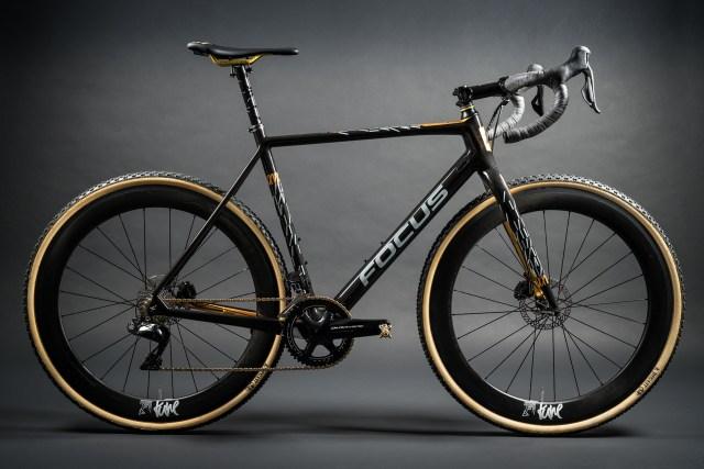 Focus celebra 25 anos com uma bicicleta MARES CX em ouro 24k
