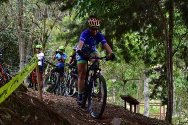 Adolescentes costa-riquenses se aventura pelas trilhas de La Lucha Sin Fin. Foto Arquivo Pessoal.