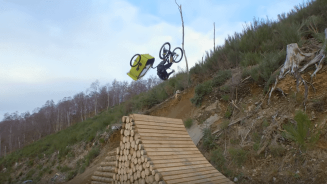Vídeo | Danny MacAskill leva Daisy para passeio de bike extremo no Danny Daycare