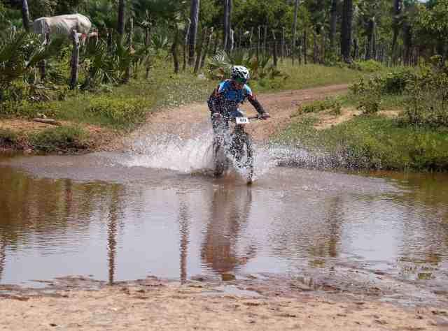 Atleta enfrente riacho no 3 Desafio das Opalas - Crédito Márcia Cristina