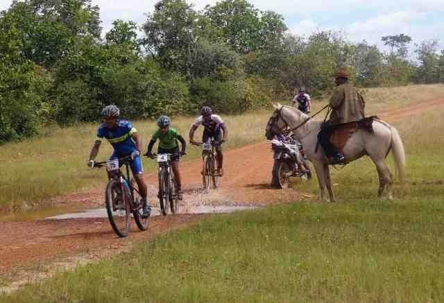 Atletas passam por vaqueiro na trilha - 3 Desafio das Opalas - Crédito Márcia Cristina