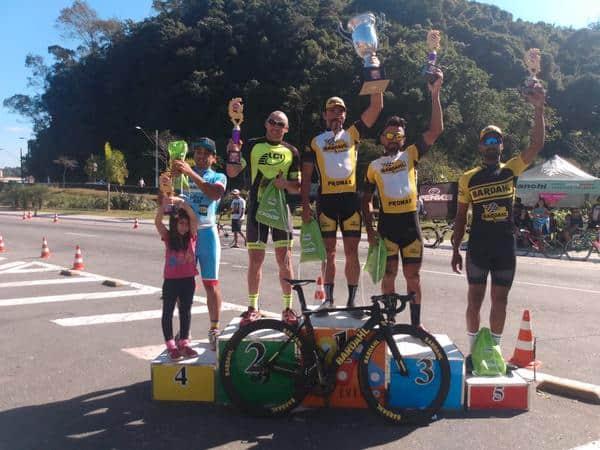 Promax Bardahl domina pódio do Desafio Mazza de Ciclismo em dia de vitória de Emerson Hernachi (3).jpg