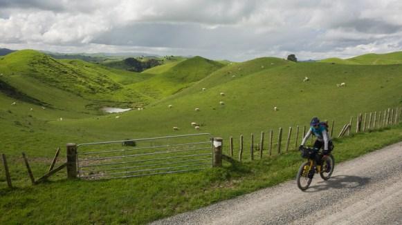 Prašné cesty a zelené kopce