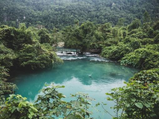 Tyrkysově modrá řeka v národním parku Phong Nha